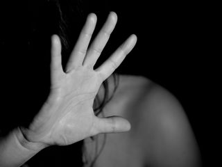 Aring misshandlade prast med bibel