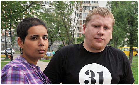 Jenny Curpen fotografert sammen med aktivist Alexey Devatkin i Kiev i 2012
